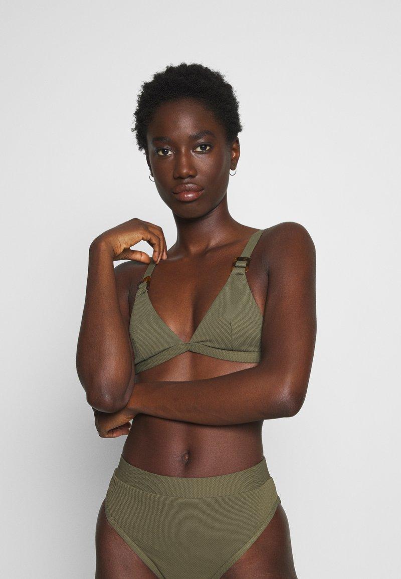 NA-KD - STRUCTURED BUCKLE DETAIL TRIANGLE - Bikiniöverdel - burnt olive
