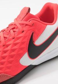 Nike Performance - TIEMPO LEGEND 8 ACADEMY IC - Indoor football boots - laser crimson/black/white - 5