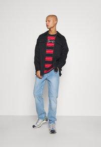 Karl Kani - ORIGINALS STRIPE TEE  UNISEX - T-shirt z nadrukiem - red/black/green - 1
