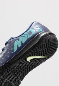 Nike Performance - MERCURIAL JR VAPOR 13 ACADEMY IC UNISEX - Indoor football boots - blue void/metallic silver/white/black - 5