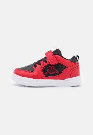 LINEUP LOW UNISEX - Chaussures d'entraînement et de fitness - red/black
