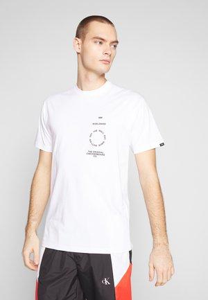 DISTORTION TYPE - T-shirt z nadrukiem - white