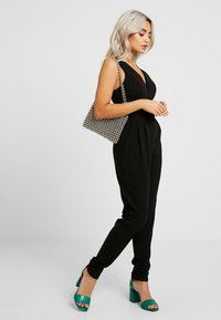 WAL G PETITE - EXCLUSIVE V NECK - Jumpsuit - black - 1