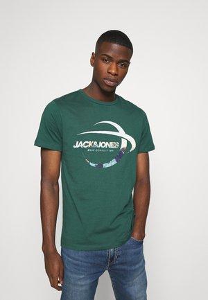 JORSCALING TEE CREW NECK - Print T-shirt - trekking green