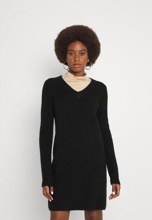 PCELLEN V NECK DRESS - Pletené šaty - black