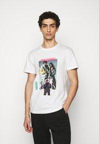 Han Kjøbenhavn - ARTWORK TEE - Print T-shirt - off-white - 0