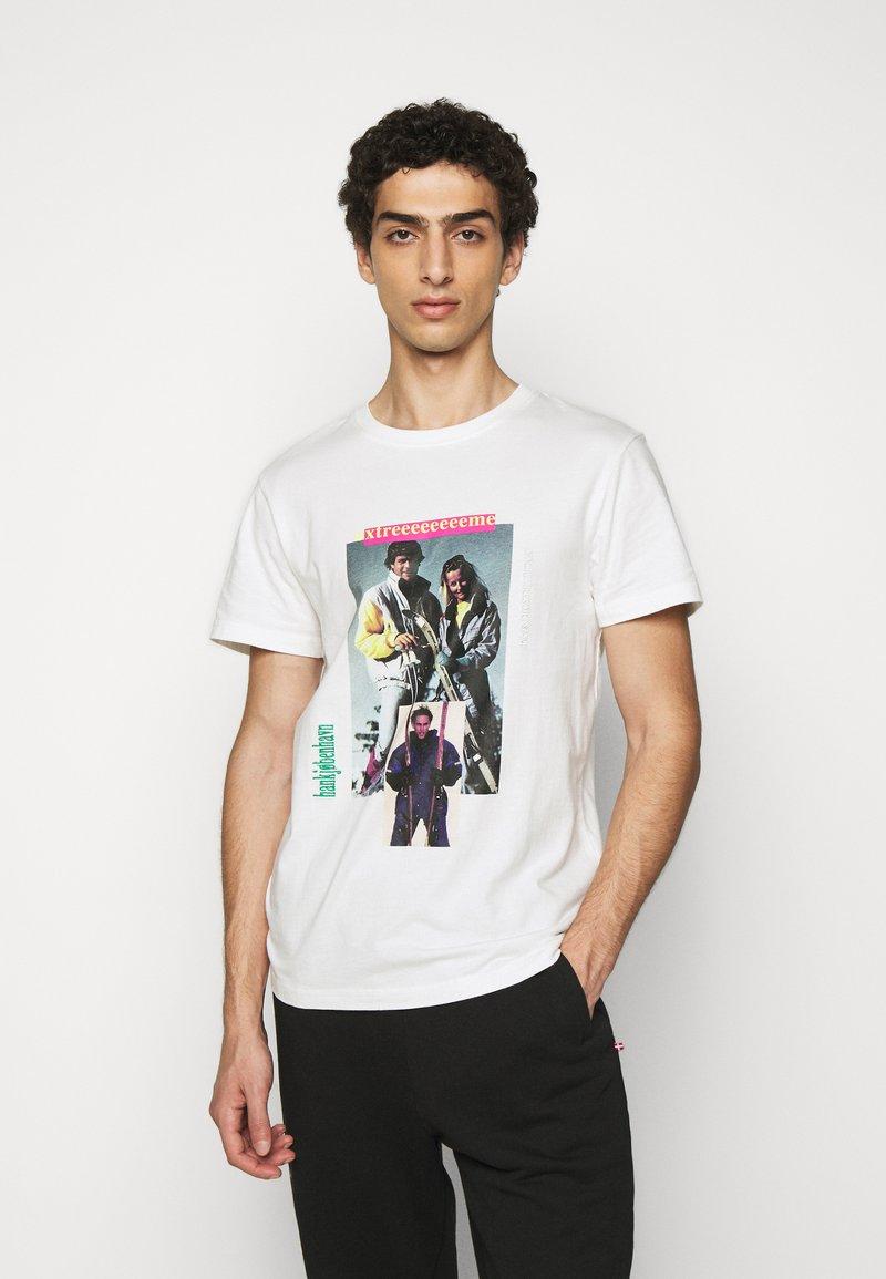 Han Kjøbenhavn - ARTWORK TEE - Print T-shirt - off-white