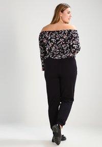 Zalando Essentials Curvy - Pantalones deportivos - black - 2