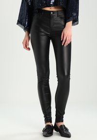 Pieces - PCFIVE COATED - Jeggings - black - 0