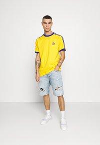 adidas Originals - 3 STRIPES TEE UNISEX - Print T-shirt - actgol/royblu - 1