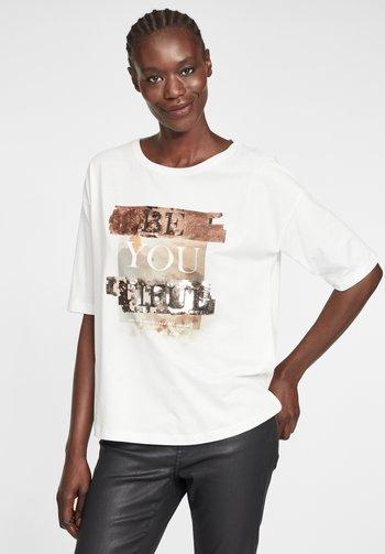 MIT PAILLETTEN - Print T-shirt - white/copper