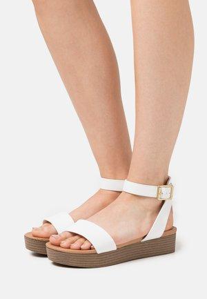 GENIUS - Sandály na platformě - white