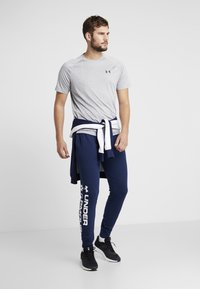 Under Armour - SPORTSTYLE GRAPHIC  - Träningsbyxor - academy/white - 1