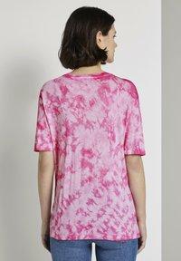 TOM TAILOR DENIM - T-SHIRT BATIK T-SHIRT - Print T-shirt - washed pink - 2