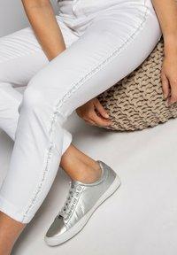 GINA LAURA - Trousers - weiß - 3