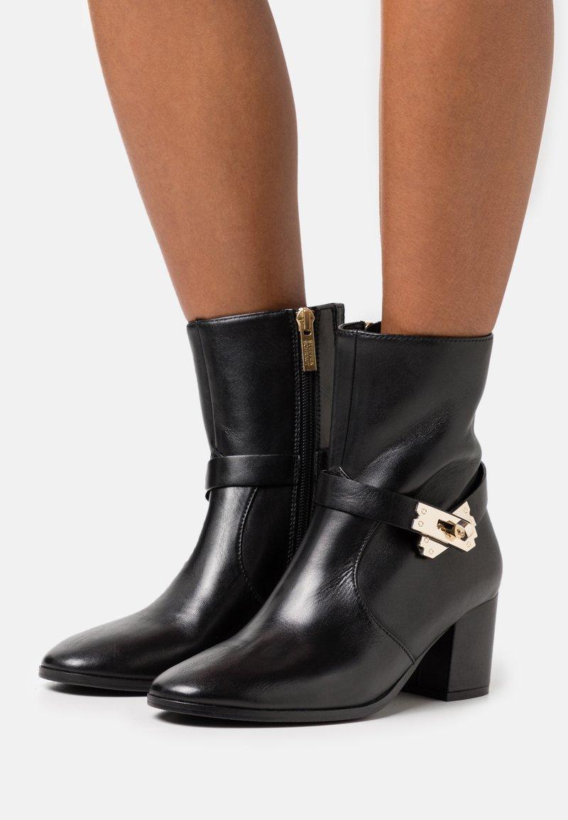 Steffen Schraut - MID LOCK - Classic ankle boots - black/gold