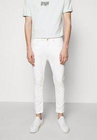 DRYKORN - WEL - Džíny Slim Fit - off-white - 0