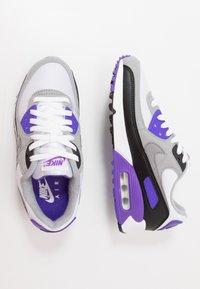 Nike Sportswear - AIR MAX 90 - Tenisky - white/particle grey/light smoke grey/black/hyper grape - 4