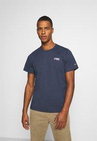 Tommy Jeans - REGULAR CORP LOGO CNECK - T-shirt basic - twilight navy - 0