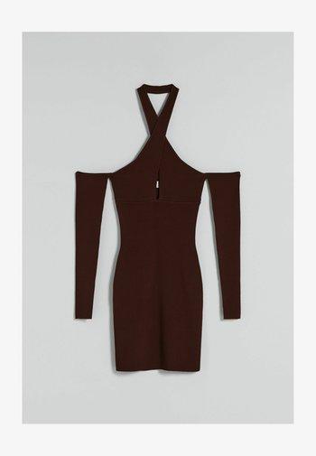 IN WICKELOPTIK MIT FALLENDER SCHULTERNAHT - Vestito elegante - brown