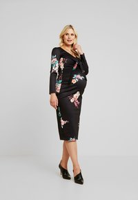 True Violet Maternity - PLUNGE FRONT TIE BODYCON - Kotelomekko - red floral - 1