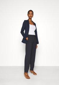Selected Femme Tall - SLFRIA CROPPED PANT - Bukse - dark sapphire - 1