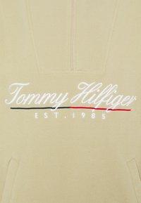 Tommy Hilfiger - SCRIPT POPOVER UNISEX - Fleece jacket - desert tan - 2