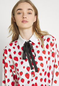 Sister Jane - STRAWBERRY COURT BOW SHIRT - Button-down blouse - red - 3