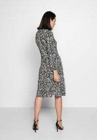 Wallis - MONO PAISLEY TIERED MIDI DRESS - Sukienka z dżerseju - mono - 2