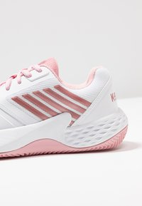 K-SWISS - AERO COURT HB - Clay court tennis shoes - white/coral blush/metallic rose - 5