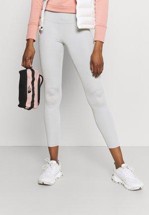 TRAVEL CANISTER UNISEX - Kosmetická taška - light pink/black