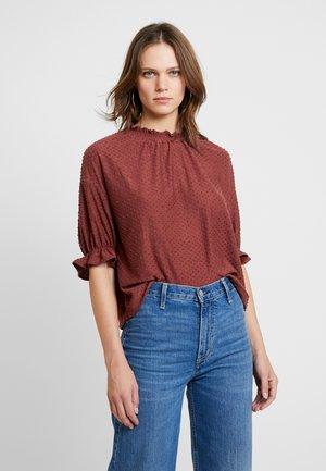 JUJU - T-shirts med print - burnished mahogany