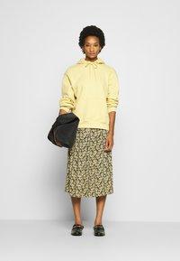 Moss Copenhagen - KAROLA RAYE SKIRT - A-line skirt - black - 1