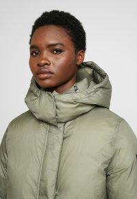 Calvin Klein - CRINKLED PUFFER COAT - Vinterkåpe / -frakk - green - 4