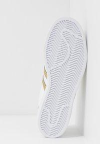 adidas Originals - SUPERSTAR - Sneakers laag - footwear white/gold metallic - 6
