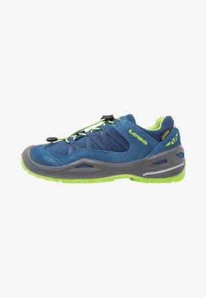 ROBIN GTX LO - Hiking shoes - blau/limone