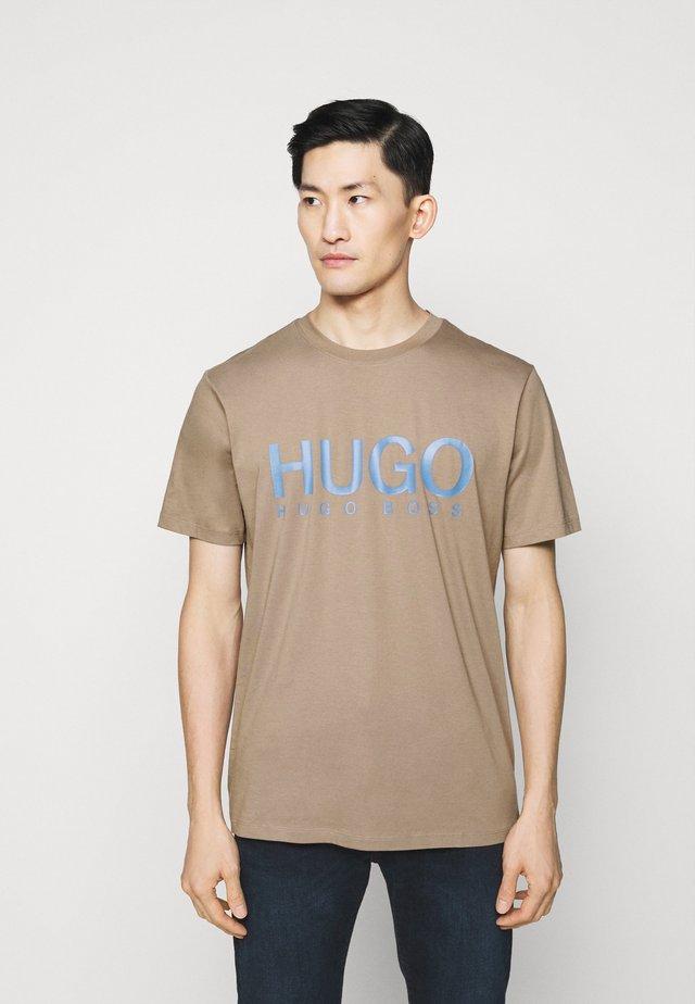 DOLIVE - Print T-shirt - light pastel brown