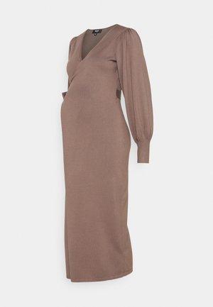 WRAP DRESS - Žerzejové šaty - mocha