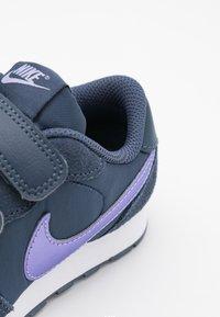 Nike Sportswear - MD VALIANT UNISEX - Baskets basses - thunder blue/purple pulse/white - 5