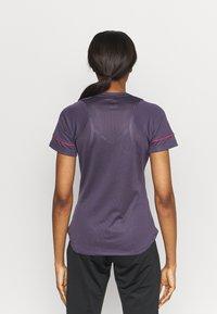 Nike Performance - Camiseta estampada - dark raisin/siren red - 2