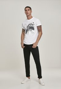 Mister Tee - CAAALLING - Print T-shirt - white - 1