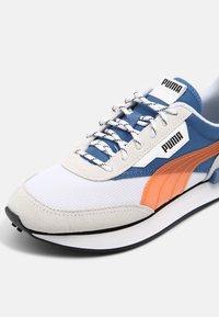 Puma - FUTURE RIDER SUMMER UNISEX - Sneakers laag - white/star sapphire - 6
