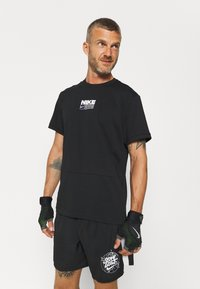 Nike Performance - DRY PACK - T-shirt con stampa - black - 0
