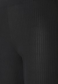 Pieces - PCTOPPY FLARED PANT - Legíny - black - 2