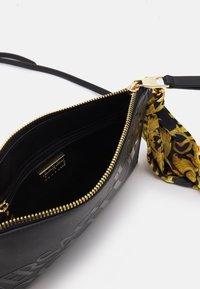 Versace Jeans Couture - THELMA MEDIUM POUCH - Taška spříčným popruhem - nero - 3