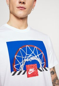Nike Sportswear - BBALL PHOTO TEE - Print T-shirt - white - 5