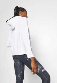 DKNY - CROPPED DROP SHOULDER HOODIE - Mikina - white - 2