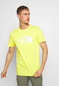 The North Face - M S/S EASY TEE - EU - T-shirt med print - lemon - 0