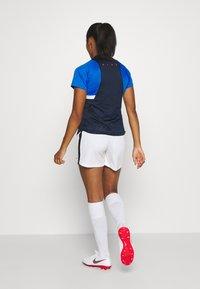 Nike Performance - DRY - T-shirts med print - obsidian/soar/white/laser crimson - 2