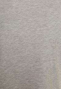 Pieces Petite - PCRINA CROP PETIT 2 PACK - Basic T-shirt - black/mottled light grey - 4